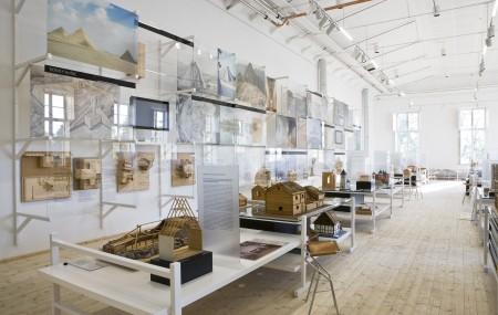 Arkitektens kontor med stora vita arbetsbord, ritningar och modeller har inspirerat utställningsformen. Foto: Matti Östling / ArkDes