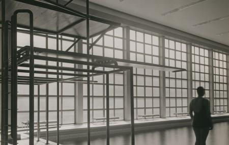 """I det svenska tillägget """"I blickfånget - foto från ArkDes samlingar"""" visas verk ur samlingarna. Bland annat CG Rosenbergs fotografier av Eskilstuna badhus som visades på MOMA redan 1932. Eskilstuna badhus/public bath, arkitekt/architect: Paul Hedqvist, 1931-1932"""