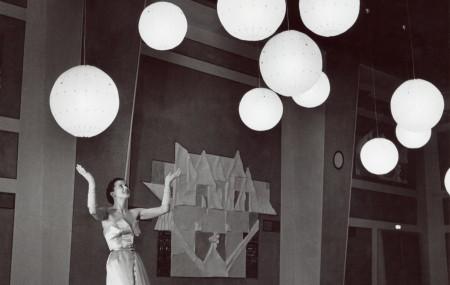 I ett svenskt tillägg till Constructing Worlds visas verk ur ArkDes egna samlingar av arkitekturfotografi. Däribland Kerstin Bernhards bilder från Hotell Malmen på 1950-talet, där arkitekturen av Georg Varhelyi och Carl-Axel Acking fått agera fond. Som modefotograf var hon en av de första kvinnorna i en mansdominerad genre.