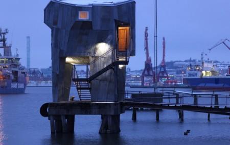 Bastu av återvunnet material. Förtöjningsanordningen i Göteborgs hamn är en outnyttjad resurs. Som en del av en större vision vill Raumlaborberlin utforma en badkultur i Göteborg med en bastu som byggts på förtöjningsanordningen i hamnen. Bastun är konstruerad och byggd av en hög andel återvunnet material.