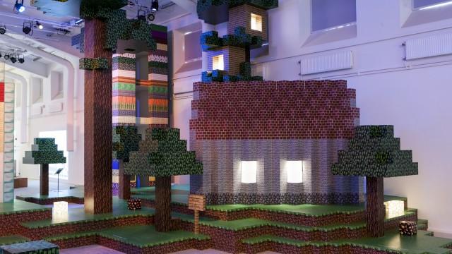 Hus och träd uppbyggt i Minecraftblock.