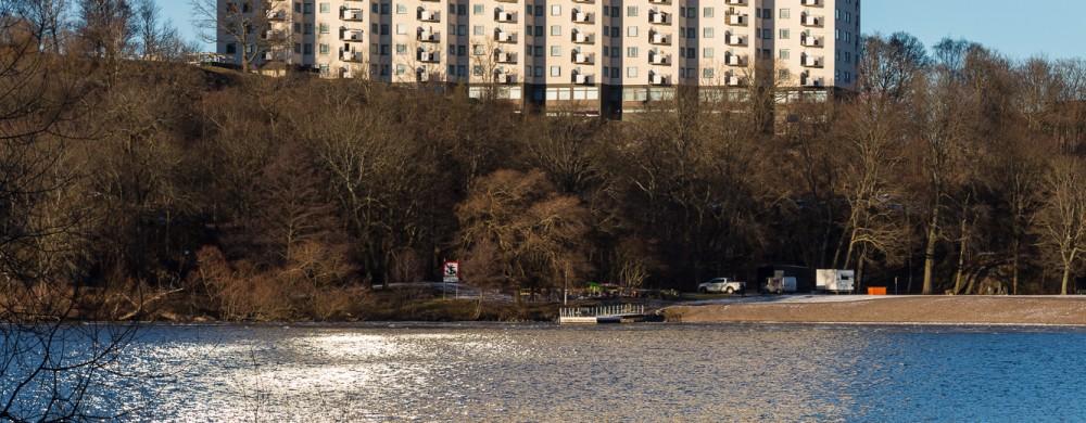 I bakgrunden höghuset Erlanderhuset och i förgrunden vatten.
