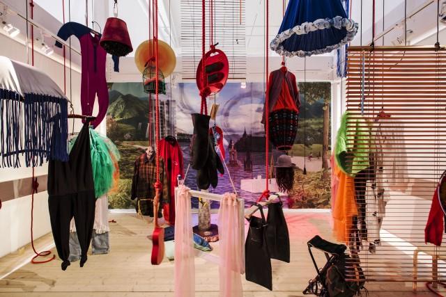 Drömmarnas teater av konstnärskollektivet Mycket. Besökarna kan göra rummet till sitt eget. De kan använda alla grejer och kläder, flytta på eller klä på sig.