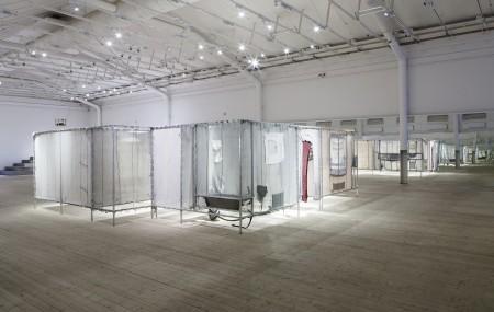 Knitting House – en grupp av konstnärer, arkitekter, studenter och boende i området Husby skapade en reproduktion av en typisk standardlägenhet i området med hjälp av 12 stickmaskiner. Foto: Matti Östling / ArkDes