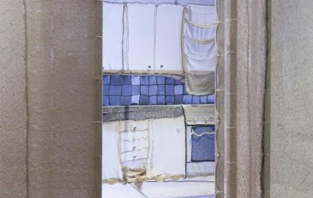 Med hjälp av en exakt kartläggning av hemmets geometri och liv har Knitting House skapat en textil arkitektur av dess mest privata yta: hemmets innerväggar. Foto: Matti Östling / ArkDes