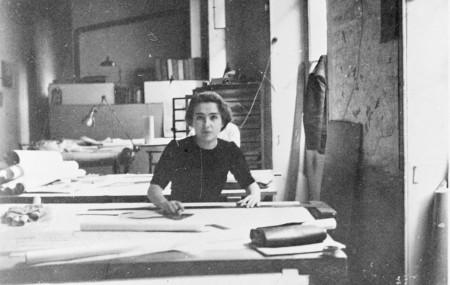 Léonie Geisendorf i Le Corbusiers ateljé på Rue de Sèvres i Paris.