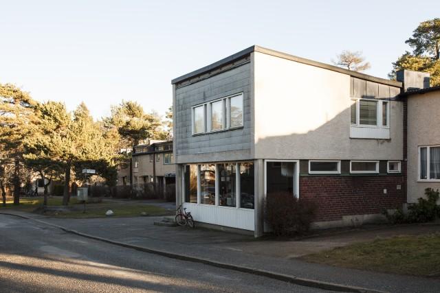 De 114 radhusen har bildat skola för hur hus och landskap kan höra ihop. Som en följsam matta mitt bland tallarna – Riksrådsvägen i Stockholm av Léonie Geisendorf och Charles-Edouard Geisendorf. Foto: Matti Östling / ArkDes
