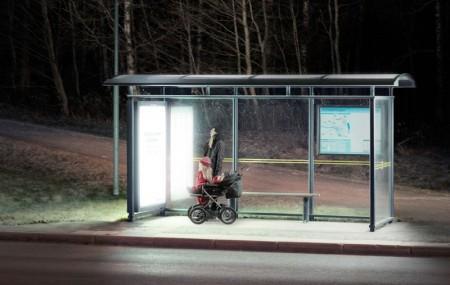 Ljusterapi i väntan på bussen. Människans välbefinnande och hälsa är beroende av ljus även under den mörka årstiden. Umeå Energi erbjöd ljusterapi från speciella lysrör i 30 busskurer runt om i staden. Lysrören satt på busskurens ena gavel, där det brukar sitta reklamskyltar i vanliga fall. Det ultravioletta ljuset har filtrerats bort, det ger ingen solbränna och är med andra ord oskadligt. Ljusstyrkan motsvarar en molnig sommardag.