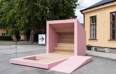 Gapahuk – finns det plats för alla? Arkitekterna Miguel Lara och Petter Jacobson på Vi Arkitektur vill hellre bygga vindskydd för utsatta än exklusiva bostäder. Tanken är att skapa ett rum för de som idag saknar en egen plats. Syftet är att väcka debatt om och bryta gentrifieringen. Foto: Matti Östling / ArkDes