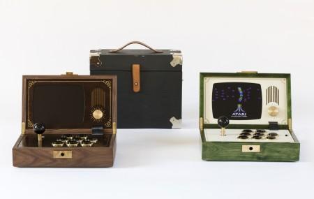 Love Hultén förenar popkultur, modern teknik och omsorgsfullt hantverk. I sina spelmaskiner förenas lekfullhet, mystik och en kritik mot överkonsumtion. R-Kaid-R en mobil arkadspelskonsol, inkluderar en löstagbar joystick för låsning av skrinet. Foto: Andreas Larsson
