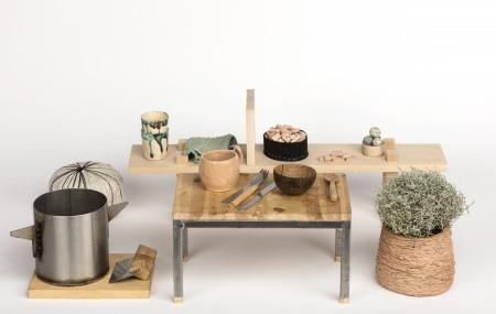 100 dagar av behov och begär är ett kritiskt designprojekt där relationen mellan hemmets materiella kultur kopplat till hur vi lever våra hemmaliv undersöks. Övertygad om att förändring är möjlig tömde jag ut alla saker ur familjens hem, för att utforska vad vi egentligen tror oss behöva och varför. Kristina Schultz Lindberg. Foto: Andreas Larsson