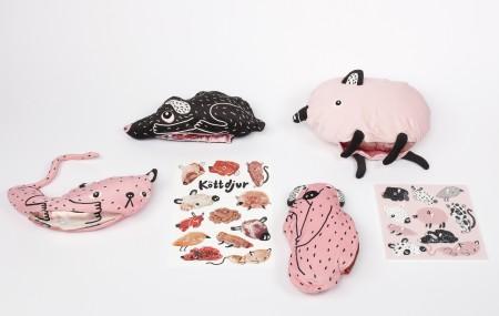 Köttdjur är pedagogiska produkter som ska lära barn att kött kommer från djur. De flesta barn vet inte att köttbullen på tallriken en gång varit en ko. Genom att leka med produkterna kan barnen lära sig på ett lekfullt vis och börja prata om kött med kompisar och vuxna, och långsiktigt få förståelse för köttätandets påverkan på djur och miljö. Cajsa Wessberg. Medverkande i Ung Svensk Form. Foto: Andreas Larsson