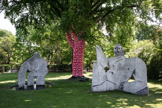ArkDes trädgård med träd klätt i Kusamamönstrat tyg. Foto: Matti Östling /ArkDes