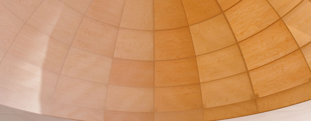 En stor modell av en kupol i trä, upphängd i taket.