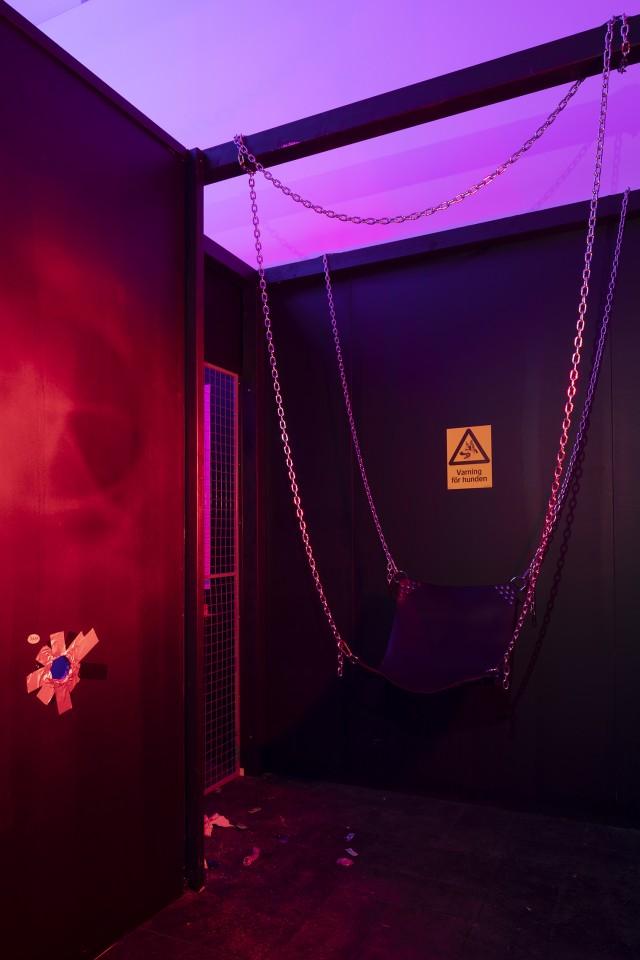 Darkroom. 'Cruising Pavilion: Arkitektur, gaysex och cruisingkultur' i Boxen på ArkDes. Foto: Johan Dehlin