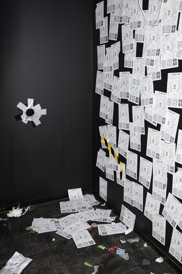 Darkroom med 'Cruising Labyrinth' (2016) / Andreas Angelidakis. 'Cruising Pavilion: Arkitektur, gaysex och cruisingkultur' i Boxen på ArkDes. Foto: Johan Dehlin