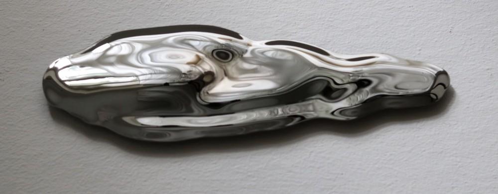 Konstnären Sofia Erikssons verk löser upp formen hos det välbekanta och kroppsliga..
