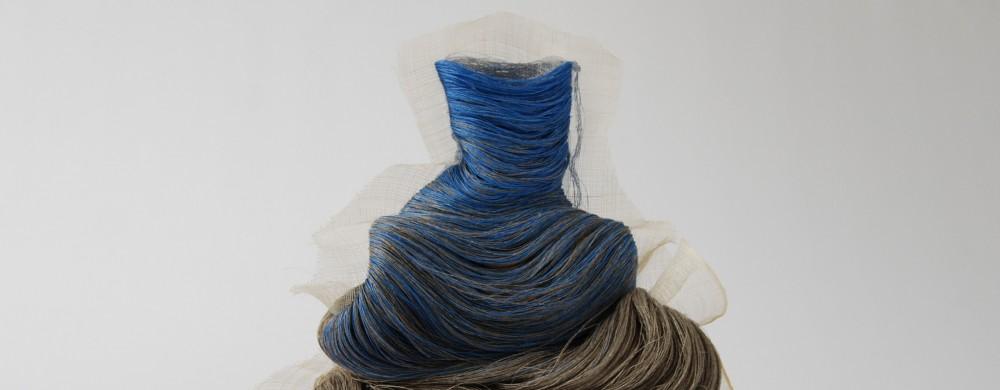 Materialkonstnären Emilia Elfsvik utmanar det  tvådimensionella broderiets gränser.