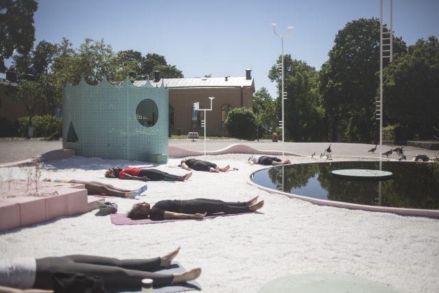 Yoga på 'Utomhusverket 2021' av Studio Ossidiana. Foto: Sima Korenivski